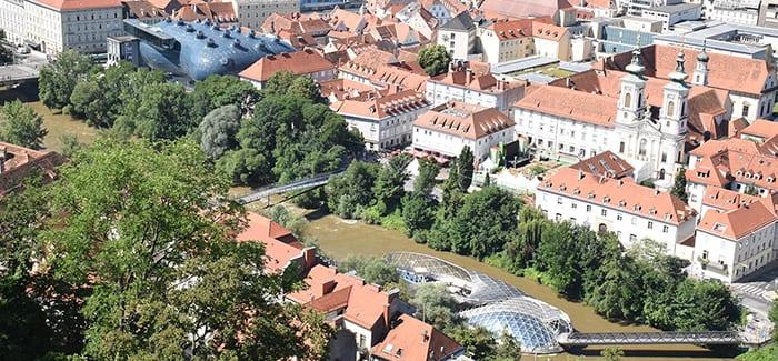 Linksboven het Kunsthaus, rechtsonder de Murinsel