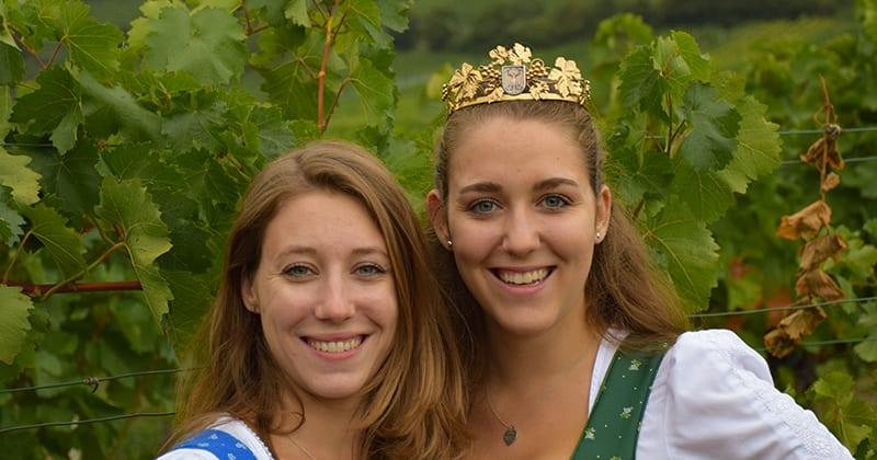 Wijnkoningin Elisabeth III (Wolff) en zus Catherine