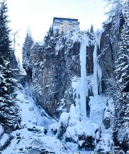 Bevroren waterval boven het centrum van Bad Gastein