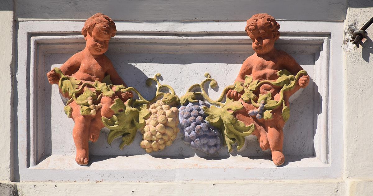 Rijk geworden door de wijnhandel - Wandreliëf