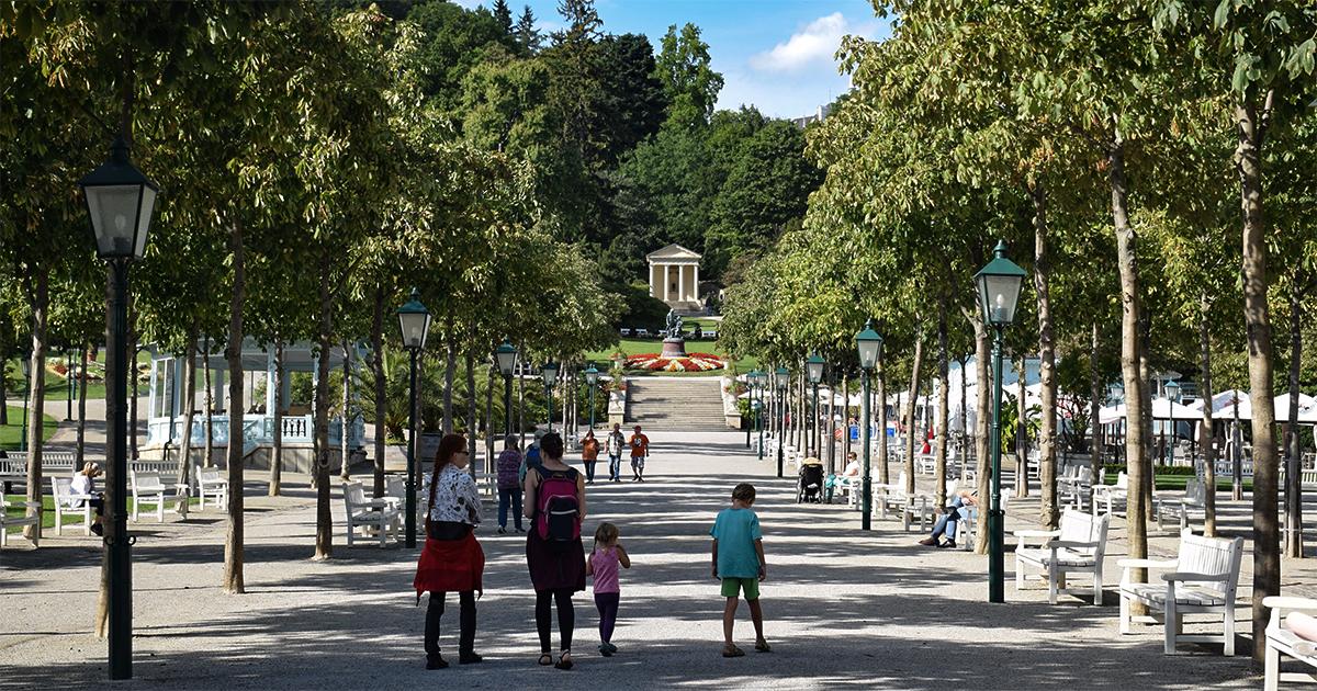 Kurpark met standbeeld Strauss en Lanner op achtergrond