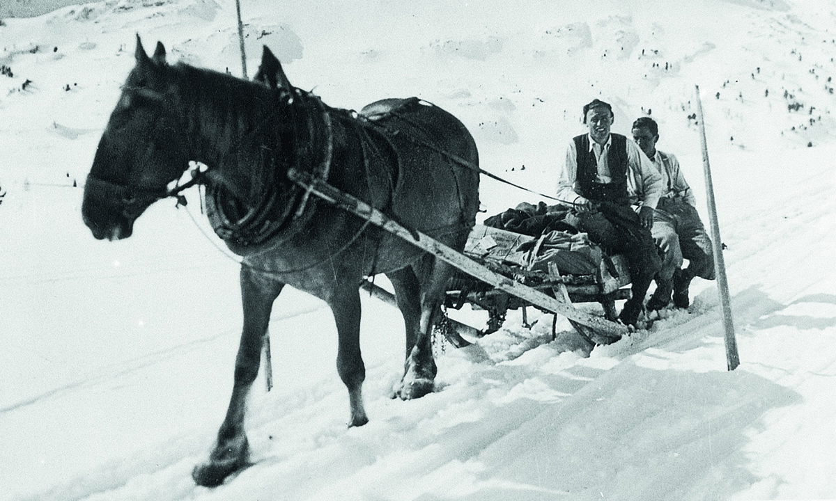 Foto's van historisch Obertauern zijn te zien in een expositie in het toerismebureau