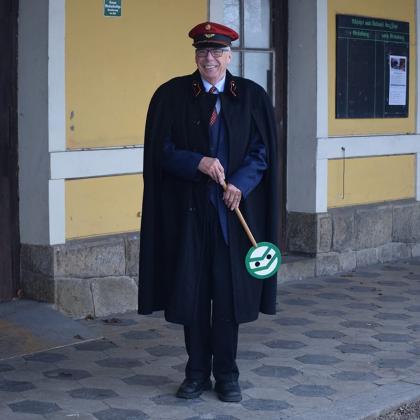 Josef Machacek als perronopzichter