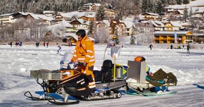 Een gewonde schaatser wordt van het ijs gehaald