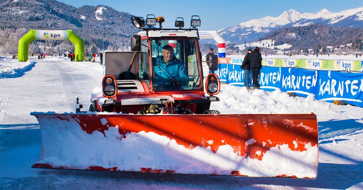 IJsmeester Jank in zijn zelfgebouwde sneeuwschuiver
