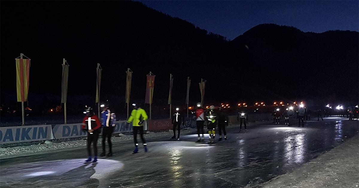 De Elfstedentocht begint als het nog donker is. Het is -18 °C.