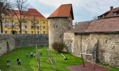 Groenstrook langs de buitenkant van de stadsmuur