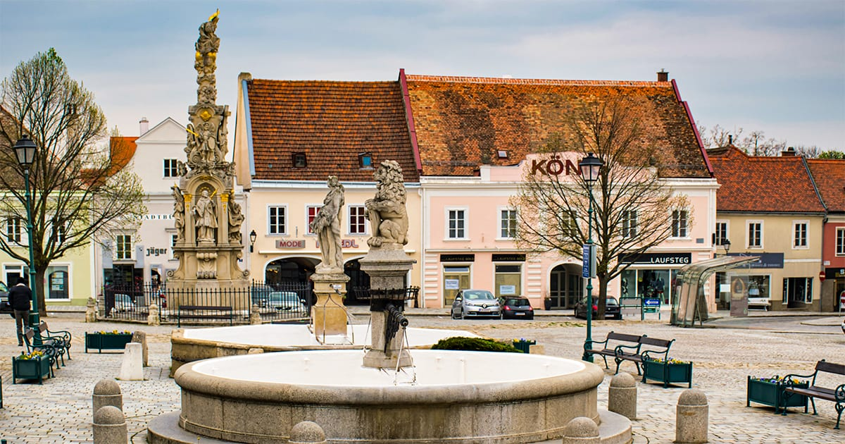 Fontijnen en pestzuil op Hauptplatz in Retz