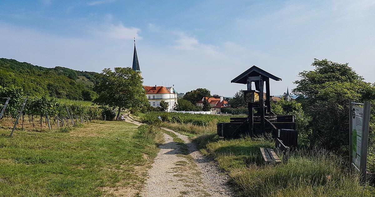 Waterleidingsweg langs het Chorherrenstift in Gumpoldskirchen